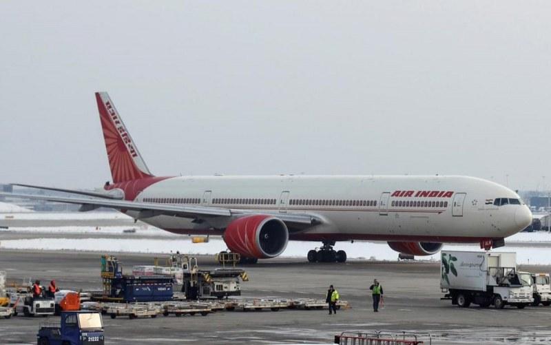 Индийски самолет кацна извънредно в Лондон заради бомбена заплаха