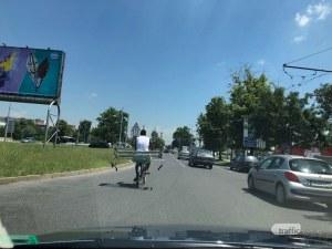 Колоездач с извънгабаритен товар окупира лявата лента на пловдивски булевард