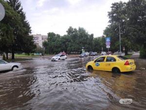 Пловдив отново е под вода, основни пътни възли са непроходими
