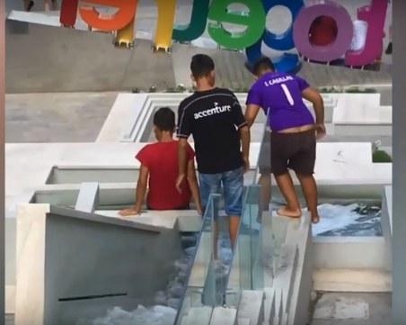 Ромчета превърнаха водната каскада в центъра на Пловдив в аквапарк