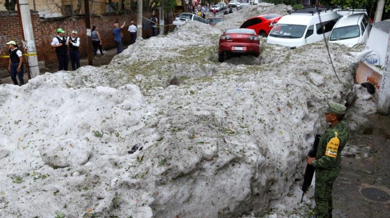 Невиждана градушка в Мексико! Ледената покривка достигна до 1,5 метра