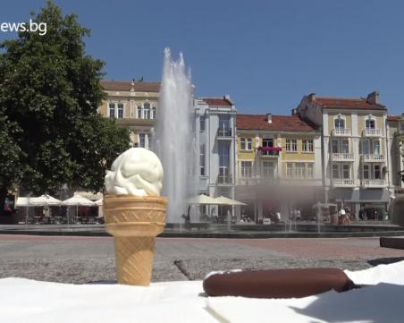 В най-горещия ден: За колко време се топи сладолед в центъра на Пловдив?