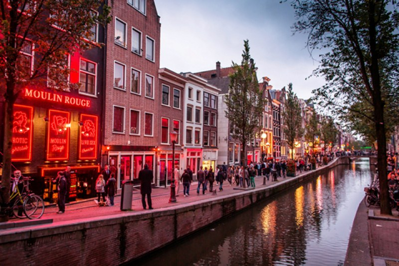 Край на витрините в Квартала на червените фенери в Амстердам, готвят радикални промени