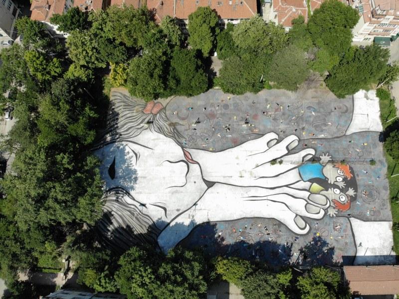 Френски графити артисти изрисуваха двора на Хуманитарната гимназия в Пловдив
