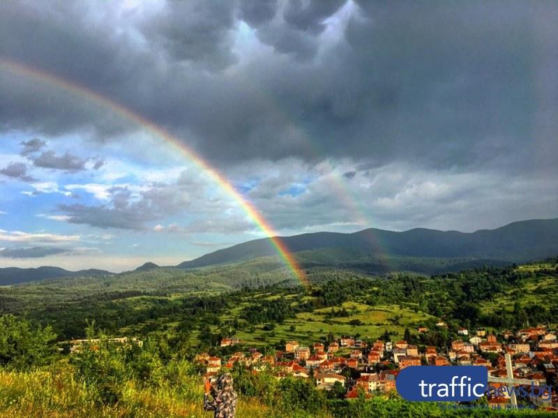 Пловдивчанка засне феномена двойна дъга над град Батак