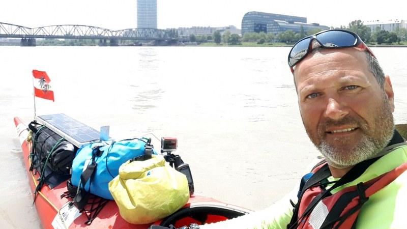 Българският полицай, плаващ с каяк като по романа на Жул Верн, достигна родните води