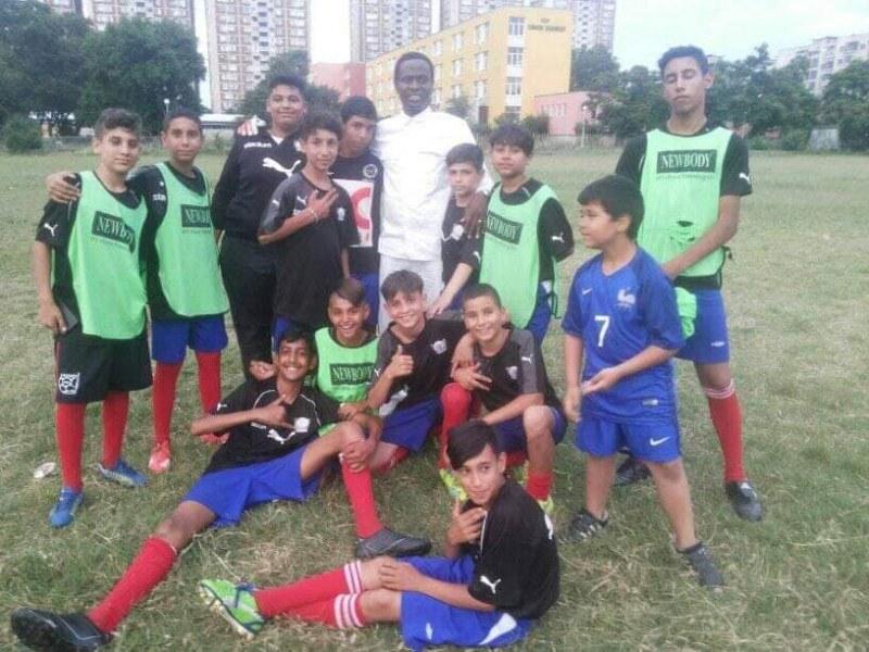 Нигериец учи децата от Столипиново на футбол и християнски ценности
