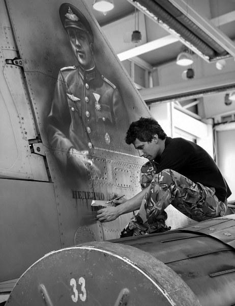 Пловдивчанин изрисува изтребител Миг-29 с образа на национален герой
