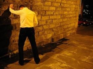 Пловдивчанин се облекчи на улица, арестуваха го след неприлично предложение към полицаи