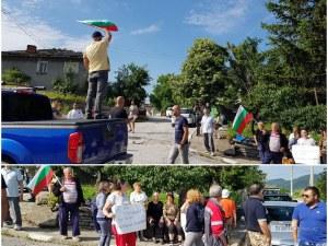Граждани и бизнес блокираха пътя за пловдивско село!