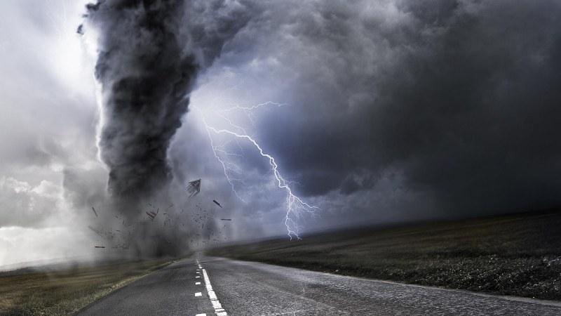 Стихийна гръмотевична буря, порой и градушка удрят България