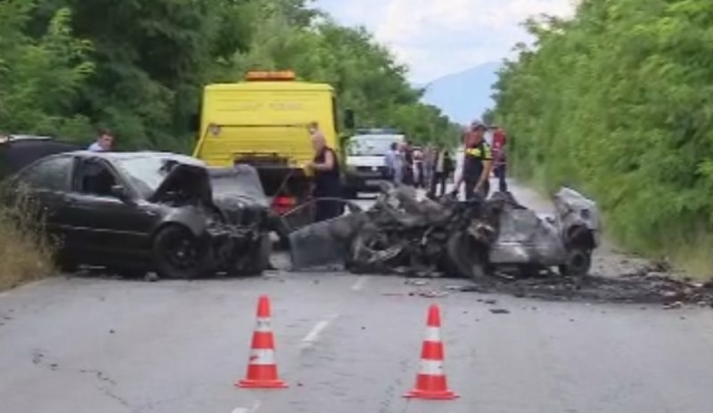 Автомобил се обърна по таван и се запали, жена загина