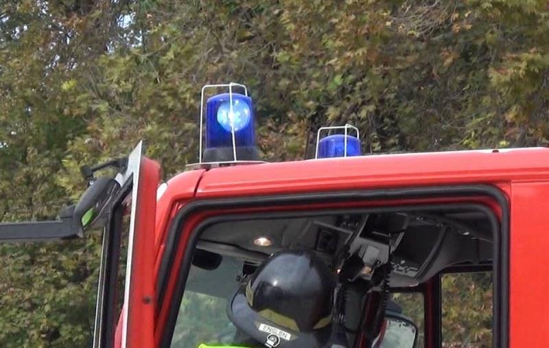 Силен вятър затрупа къща в Девин! Пожарникари спасиха двама души