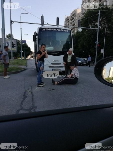 Възрастен колоездач мина на червено пред автобус в Пловдив, пострадал е