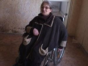 Майстори отмъкнаха 4600 лв. от жена в инвалидна количка, 7 месеца Веселка не може да влезе в дома си