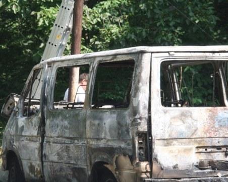 Бус тръгна на свободен ход в Смолян, блъсна се в стълб и изгоря