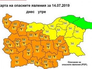 Поройни валежи и гръмотевици в неделя, обявиха оранжев код в 18 области на страната