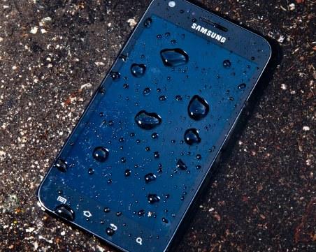 Как да спасим смартфона си, ако падне във вода?