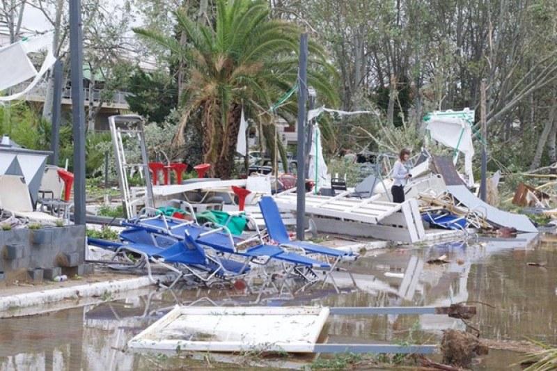 Наводнения и ново земетресение в Гърция – евакуираха десетки