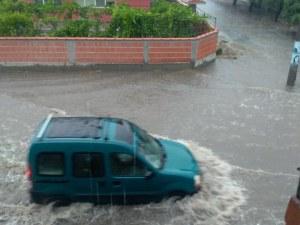 Бедствие в пловдивско село – улиците са под вода, има наводнени къщи