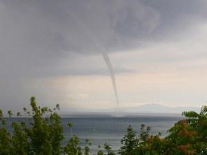 Торнадо се завихри във водата край Несебър