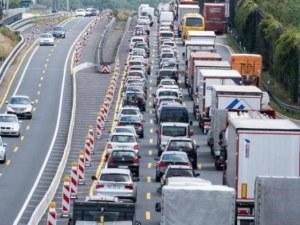 Мъж бута колата си насред магистрала, образува 10 километра задръстване