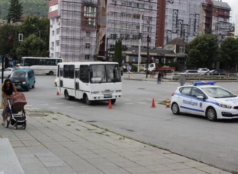 Автобус блъсна 80-годишна баба в Шумен, жената е с черепно-мозъчна травма