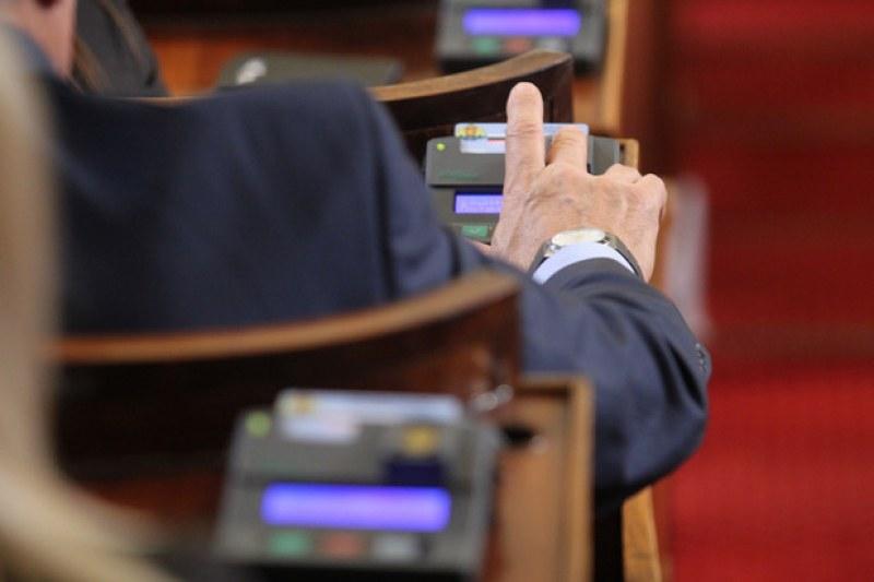 Депутатите решават за машинното гласуване днес, ако съберат кворум