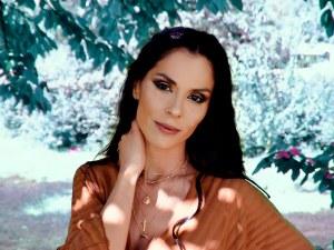 Телефон, пистолет и изплашено семейство в новия клип на жената на Стенли - Людмила Сланева