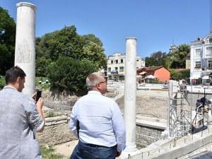 Древните колони от Римския форум вече се издигат на площад