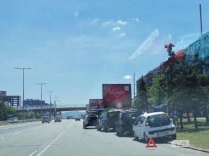 Две верижни катастрофи и аварирала кола запушиха Цариградско шосе в София