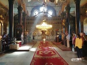 Карловци положиха цветя на гроба на Гина Кунчева, почитат Апостола с тържествена програма