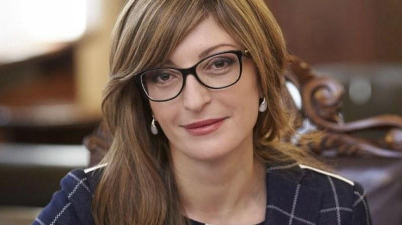 Захариева се оплака: Никой не идва на конкурсите за държавни IT спецове заради заплатите