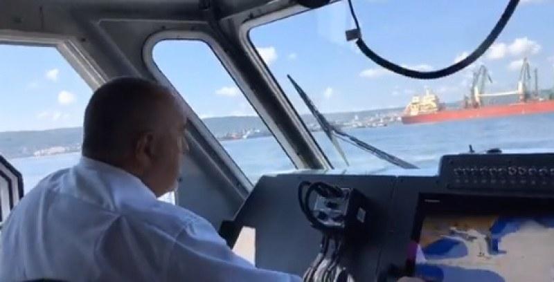 Катер докара Борисов във Варна, ще гаси бунта на пожарникарите