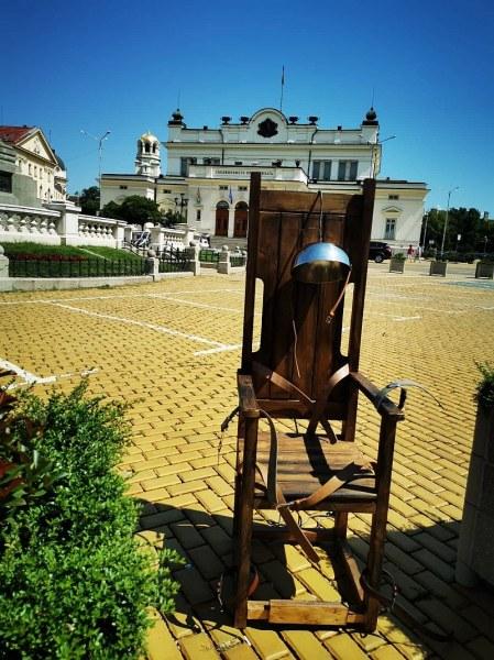 Електрически стол се появи пред парламента