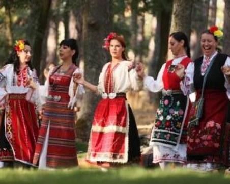 Автентични носии и народни обичаи показват край Ловеч самодейци от цялата страна