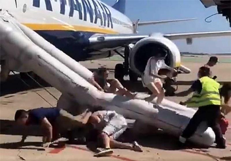 Романтика?! Сърбин си хареса стюардеса... и подаде сигнал за бомба