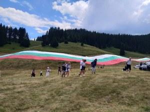 200 хиляди българи се докоснаха до знамето-гигант в Рожен