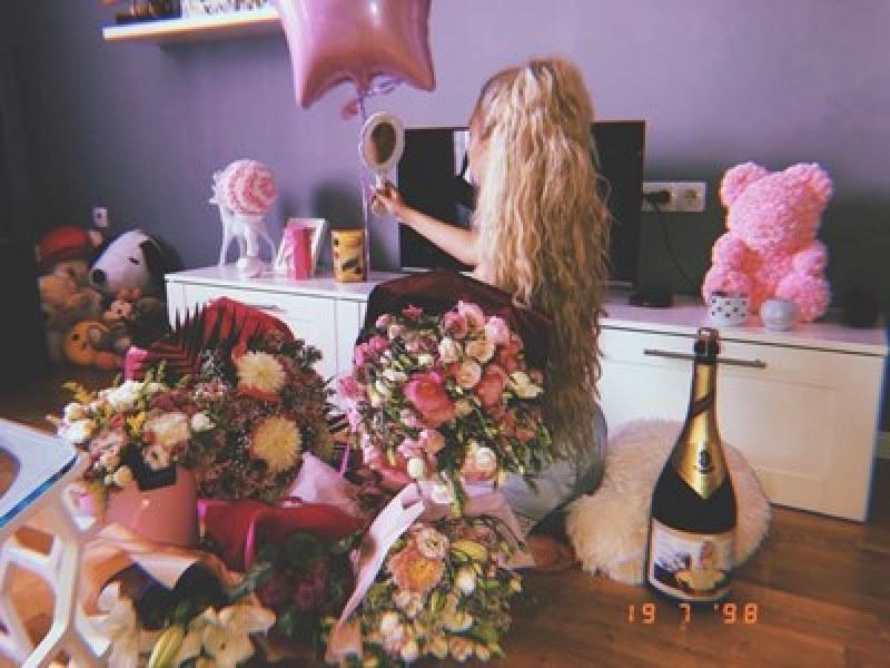 Тита стана на 20! Засипаха я с честитки и цветя