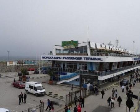 Опасни парапети и изронена настилка застрашават посетителите на Морската гара във Варна