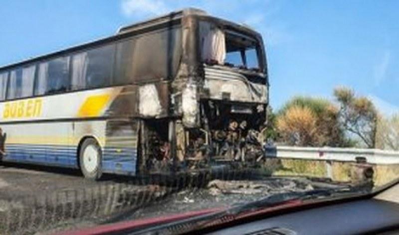 Български автобус пламна до гръцкия град Кавала