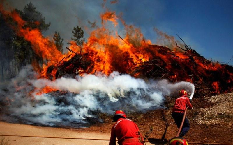 Огромен пожар блокира Централна Португалия