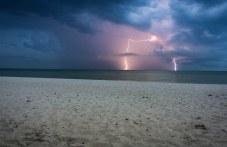 Мълния удари плаж във Флорида, 8 души пострадаха
