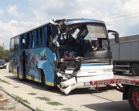 Автобус с деца катастрофира край Търговище