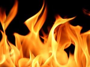 Големи пламъци обхванаха къмпинг Каваците, стеле се гъст дим
