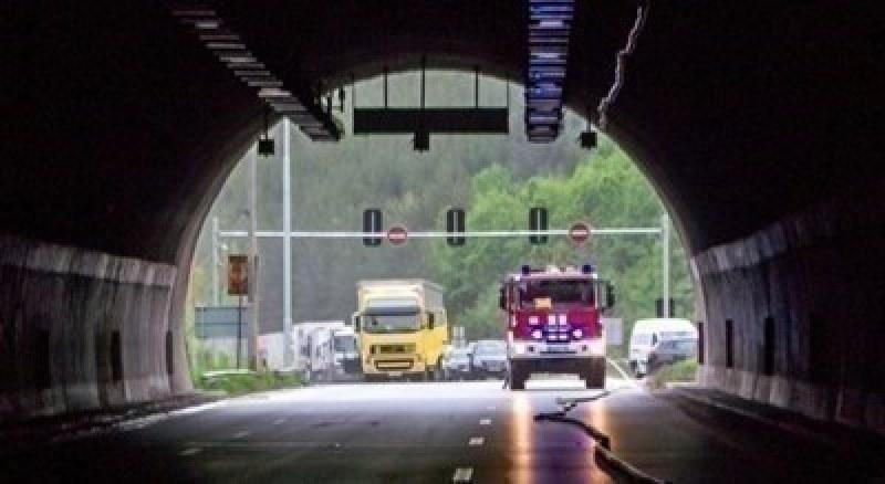 """Над 10 коли са блокирани в тунел """"Витиния"""