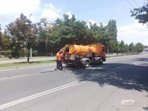 Две в едно - опасна дупка и ВиК камион без предупредителни знаци запушиха булевард