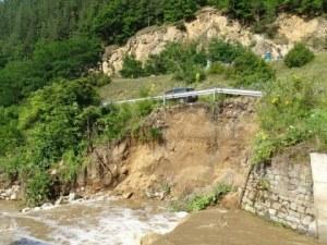 Пороен дъжд срути част от пътя Велинград - Якоруда