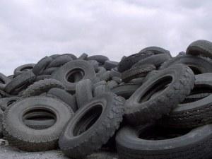 Премахват незаконно сметище със стари гуми край Войводиново