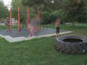 Затиснатото от гума дете на фитнес площадка се възстановява